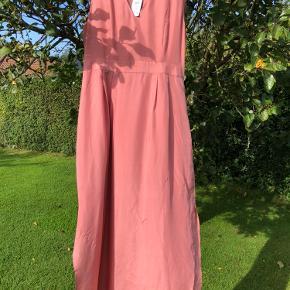 Den lækreste lange kjole fra Saint Tropez.  Ny med prismærke på 800kr.   Giver gerne mængderabat 🤗