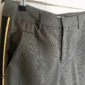 Fra SELECTED FEMME :  Ternede bukser - style Justine. To skrålommer foran. To baglommer - ikke åbnede. Galeoner i sort og guld. Vasket efter køb - aldrig brugt. Oprindelig købspris : 700,- Sender gerne på købers regning : DAO 39,-