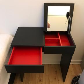 Sælger dette smarte makeup bord, som både kan bruges som skrivebord og til makeup eller andet. Sælger grundet at jeg ikke rigtig brugte det. Jeg har haft bordet i 2 mdr cirka, skal bæres ned fra 3. Sal i Kastrup, tæt på Kastrup metro 🌞 bordet har jeg slået op på flere hjemmesider