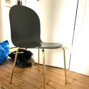 Pæn spisebordsstol fra ellos. Olivengrøn med guld/messing ben. Er helt ny (fra d. 31/1 2019) og sælges  fordi min kæreste ikke kan lide den.  Kan afhentes på Amager :)