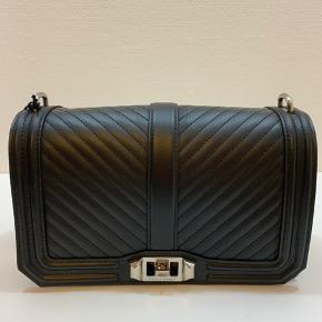 Flot taske fra designeren Rebecca Minkoff. Navnet er Love Crossbody Nappa. Måler 25 x 9 x 16.  Helt ny med dustbag og originale tags.