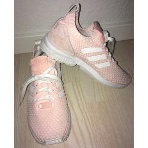 Super fine lyserøde og hvide sneakers fra Adidas 💕  - str. 36 2/3 (svarer til en 36-37) - brugt få gange - i den gode ende af god men brugt  - stof som en sok - fast hæl  Købt for 900,-  Se også mine andre fine annoncer. Sælger billigt ud og giver gerne mængderabat 🌟  #trendsalesfund