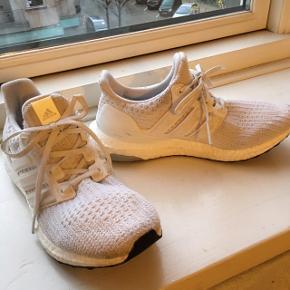 Ultraboost løbesko - de har været ude at løbe 2 ture og har tegn på brug svarende til det.  Derfor prisen - Købt for store - nypris 1199kr