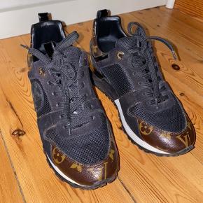 Rigtig flot og velholdt Run away sneaker. Købt sommer 2019 og er i rigtig pæn stand.