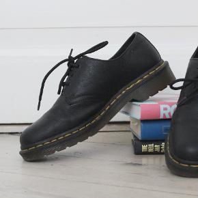 Et par gode, lave Doc Martens støvler i læder. Brugt få gange, aldrig gået til.