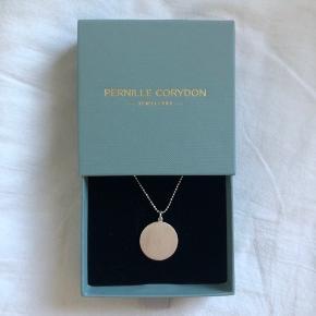 Fin Pernille Corydon halskæde i modellen 'Coin' Kæden er justérbar: 40-48 cm Vedhænget er 16 mm i diameter 925 Sterling sølv Jeg tager kun imod seriøse bud
