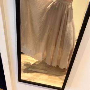 Sandfarvet nederdel i dobbelt lag bomuld med elastik i taljen, får den ikke brugt  Helt ny! Nypris 299,-  Hentes på Islands Brygge