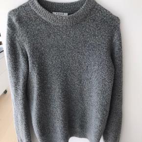 Lækreste sweater fra pieces uden nogle brugstegn overhovedet 🌿 Kan bruges udenover en t-shirt eller bare for sig selv og passer til alt 😊