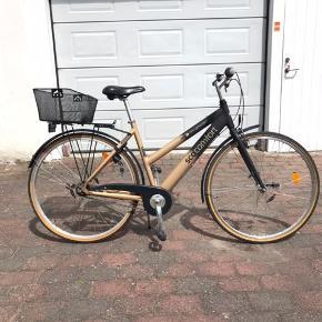 SCO COMFORT  New Generation. Flot damecykel med 7 indvendige gear. Håndbremse foran og fodbremse bag. Stel str 53 hjul str 28 og med magnet lys for og bag + lås.