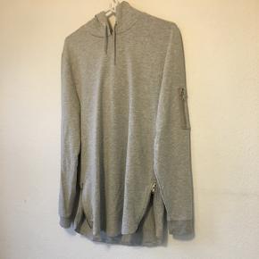 ASOS grå longline hoodieStr M  Sidder stramt, aldrig brugt.  Hent i Århus C