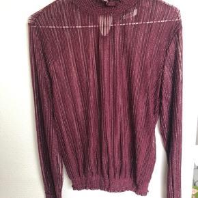 Bordeaux glimmer bluse, str S. Afhentes i Aarhus.