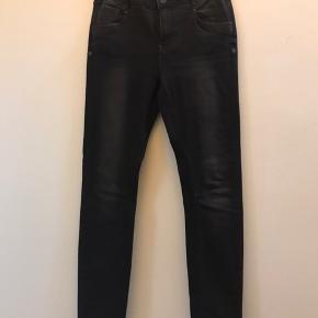Super flotte slim fit jeans med lidt stretch og høj talje. Fremstår som nye. Har ikke været vasket.  Str. 27 Talje 38 Længde 106 Ingen bytte Fast pris ex lev