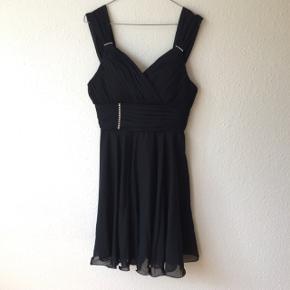 Sort kjole / festkjole / gallakjole fra butikken MCM.Nypris: 999kr. Helt ny! Kan prøves / afhentes Kbh Sv eller sendes forsikret med DAO.  OBS jeg gir mængderabat 🌸