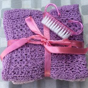 Håndstrikkede vaskeklude. 3 stk i tre forskellige mønstre. Leveres med en lille neglebørste i farve der passer til. Sød lille gavepakke.