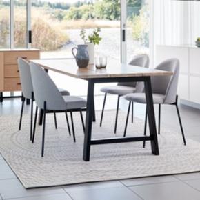 GADESKOV spisebord fra JYSK. - under 1 år gammelt - 90x190 cm - Højde 75 cm - træfiberplade af massiv birk og massiv eg - Lakeret overflade, nem at rengøre - ingen pletter / røgfrit hjem - afhentes ved Åmarken st.