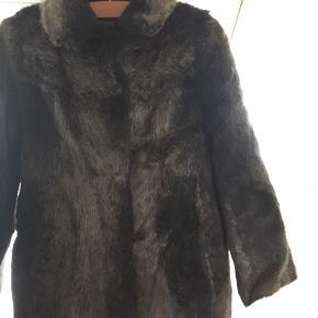 Vintage bæverpelsfrakke. Meget blød og varm. Med lommer og den fineste krave. Længde: 109 cm, bredde: 46 cm og ærmelængde: 57 cm.