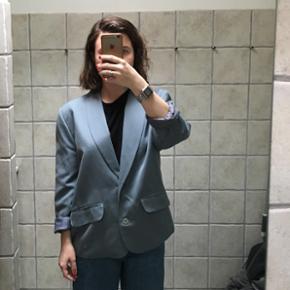 Blå-grå vintage blazer/jakke i tykt stof med for  Med skulderpuder  Str S - M  Så god som ny