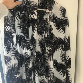 Skjorte fra Moss Copenhagen i silke lignende stof. Brugt et par gange.  Byd