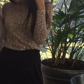 Sælger denne fine cremefarvet blonde bluse fra Neo Noir, da den desværre er blevet for lille