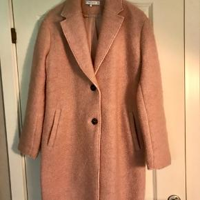 Mega fin frakke i uld i den dejligste lyserøde farve. Den er rigtig god med et stort tørklæde eller blot som en åben jakke ud over evt en leopardkjole eller top 👍🏻 Se og alle mine andre annoncer ☺️  Byd!
