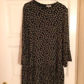 Rigtig fin Ganni kjole med små blomster på. Den ser sort ud på billedet, men den er mørkeblå.  Jeg sælger den, da den er for smal i ærmerne til mig.  Str 42, men lille i størrelsen. Passer nok en M. Kan afhentes på Nørrebro eller sendes med post. 500kr