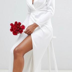 Sælger min smukke kjole jeg havde på til min vielse Kun brugt en gang derfor så god som ny Købt på Asos.com  Brudekjole, vielses kjole, hvid gala kjole