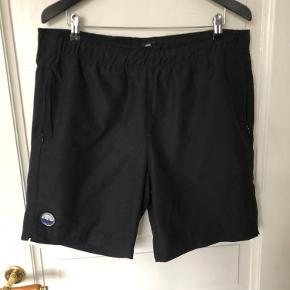 Lækre shorts fra Mads nørgaard. De fejler ingenting. Polyester ydre og bomulds foer. Der er 2 lommer med lynlås og elastik samt bindebånd i linningen(taljen) Kommer fra ikke ryger hjem.