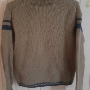 Retro sweater med rullekrave . Se farven på billederne . 😊 Brugt oversize .  Den har et hul nede i den ene side, og der er desuden lidt stor afstand mellem garnet nogle få steder.