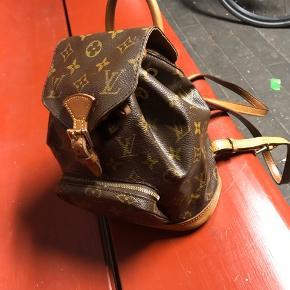 Flot taske, Louis Vuitton montsouris mini, meget velholdt og elsket, læderet har en flot patina og ingen revner!  Skriv for flere billeder