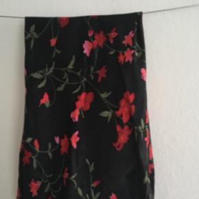 Flot silke ligende nederdel, går ca. til knæene. Str. s/m