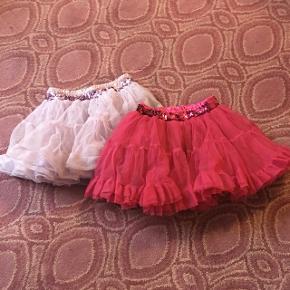 One size nederdele i lilla og pink. Passer nok til str 4-6 år.