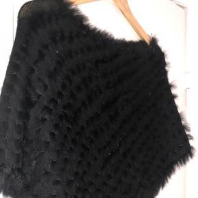 Sort poncho i kunst pels (ser ikke kunstigt ud) One size Fejler intet