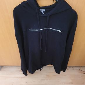 Fed hoodie med lynlås på brystet og bindebånd forneden. Der står str S, men svarer til en str M.  Giv et bud