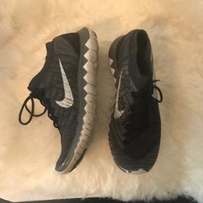 Nike free 3.0 flyknit Super fed sko/trainer i 37,5 Kan passes af 36-37 Primært brugt til indendørs brug Kom med bud NP: 700kr