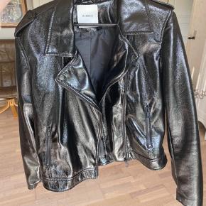 Super fin jakke i skinnende materiale fra PIECES. Sælges grundet manglende brug😁   ‼️Har 3 for 2 på hele min shop. Køb 3 items og få den billigste med gratis‼️