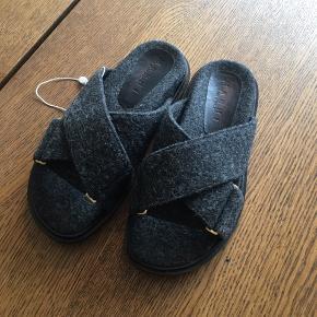 Nye Marni fussbett sandaler i mørkegrå uld. Ægthedsbevis fra Vestiaire medfølger.
