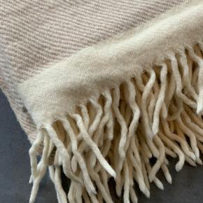 Rigtig lækker plaid i ren uld Måler 140x220 cm Befinder sig i Hjerting