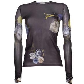 Acne Studios bluse - Str. S Farve: Grålig-blå med blomstret mønster. Den er ligesom strømpebukser pga materialet, dvs. Den er en smule gennemsigtig, men SUPER flot på!  Model: Longsleeve t-shirt Floral design Materiale: 100% nylon Nypris: 899 kr. - Sælger for 600 kr.  Aldrig brugt, stadig med prismærke. Sælger den, da jeg er ved at rydde ud.   Kan prøves/afhentes på Nørrebro, Kbh.  Ved forsendelse betaler modtager porto. Spørg for mere info og flere billeder