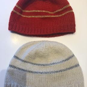2 smukke huer i 100% uld sælges  Rød med guld  Hvid med sølv  Smukke her til jul eller som julegave   O/Z