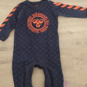 1bf48348724 Hummel heldragt i blå nuancer med orange hummelprint på maven og vimpler i  orange. Gmb