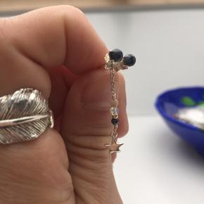 Sælger disse fine øreringe fra Anni lu(den ene ørering er lang og den anden er kort). De har været brugt få gange.   Np:400kr