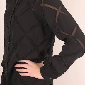 Bytter ikke. Eksklusiv porto. Købspris kr. 2.499,- Elegant skjorte fra Julie Fagerholt - Heartmade str. 38. Klassiske skjorte med transparent tern fra Julie Fagerholt - Heartmade. Materialet er en lækker, lidt tung viskose, som falder rigtig flot. Løs pasform. Lukkes med perlemorsknapper. 100% Viskose For og bag stykket målt ved bryst linjen, 108 cm. Længde fra nakken og ned 74 cm Skulder mål 12 cm. Kommer fra et ikke ryger hjem. Hænger i dragtpose.
