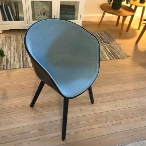"""Super flotte stole fra Hay (about a chair AAC22) med blåt forsidepolster i stoffet steelcut trio 733 som består af 90% uld og 10% Nylon hvilket gør det fint at holde. Farven changerer lidt i lyset, hvilket bare gør den ekstra flot.  Stel i sortbejdset eg.   Der er 6 stk. i alt - nogle har lette brugsspor i form af lidt småridser ved """"armlænet"""" (se billeder).  Pris fra ny 2.600kr stykket (15.600kr for 6 stk)  Vi sælger vores 6 stk. for 8.000kr  Skriv for flere billeder"""