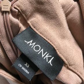 Elegant  Monki Bluse * Oprindelig købspris: 229 kr. * Brugt få gange  Super udsalg.... Jeg har ryddet ud i klædeskabet og fundet en masse flotte ting som sælges billigt, finder du flere ting, giver jeg gerne et godt tilbud..............  Sendes med DAO