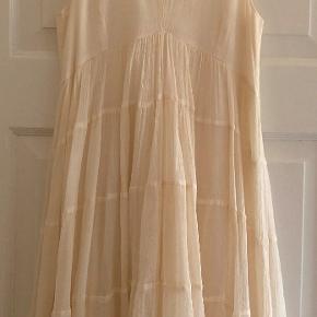 Bytter ikke. Mp. kr. 750,-  Brand: Gold Kalaa  Plus pakkeporto kr. 45,- uden omdeling, forsikret. Købspris: 3100 kr.  Utrolig smuk kjole, i meget lækkert SILKE, i flere lag.  Kjolen kan bruges til alm. brug, fest og cocktail fester mm.  Det er en utrolig elegant kjole, der kan bruges til alt. Størrelsesguide for str. 38: Bryst mål 90 cm Talje mål 74 cm Hofte mål 100 cm  For og ryg stykke målt ved bryst linjen, 92 cm.  Længde fra nakken og ned 98 cm.  Kjolen er i to lag.  Farve: Milk, flødefarvet/creme.  Kjolen fremstår som ny. Jeg har aldrig haft kjolen på, den har aldrig været vasket, blot hængt i mit skab. Kjolen hænger i en dragtpose. Kommer fra et ikke ryger hjem