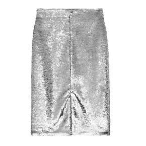 Varetype: Midi Farve: Sølv Oprindelig købspris: 1900 kr.    Ganni F3087 silver sequins skirt. Sølv paillet nederdel. Højtaljet pencilskirt med slids foran. Nederdelen lukkes med lynlås og hægte. 100% polyester med sølv pailletter. Rens. Mål for størrelse 36. Total længde 64 cm. Talje: 70 cm. Hoftebredde: 97 cm. Normal i størrelsen.