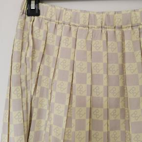 Fineste logo nederdel fra Baum und Pferdgarten. Aldrig brugt.  100 % recycled polyester.