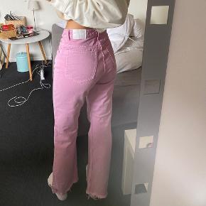 Sælger disse fine jeans i en str 26. De er brugt få gange men har desværre fået en lille sprittusch plet. Er 170cm