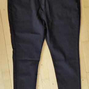 Lækre, sorte slimfit jeans i str 54 fra Dames & Dolls, nye og med tags (på skiltet står der UK24, men de er UK26, hvilket også står på vaskemærket). Materiale er 83% bomuld, 15% polyester, 2% elastan.  Livvidde: 61 cm x 2 Hoftemål: 68-72 cm x 2 Indvendig benlængde: 78 cm  Flotte sorte slimfit jeans - NYE! Farve: Sort