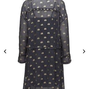 Super fin kjole i afslappet pasform. Mørkeblåt mønster og kaniner i guld. Kun brugt et par gange, så er som ny. Underkjole følger med.  100% viskose.  Længde ca. 105 cm.  Brystmål ca. 60 cm.  Bytter ikke, men bud er velkomne.